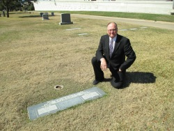 Gus and Emma Roberts' grave in Mount Olivet Cemetery, Fort Worth, Texas in 2014