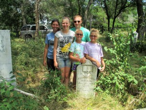 Caleb Roberts family at Jeremiah Horn grave in Collin County June 19, 2016 (2)